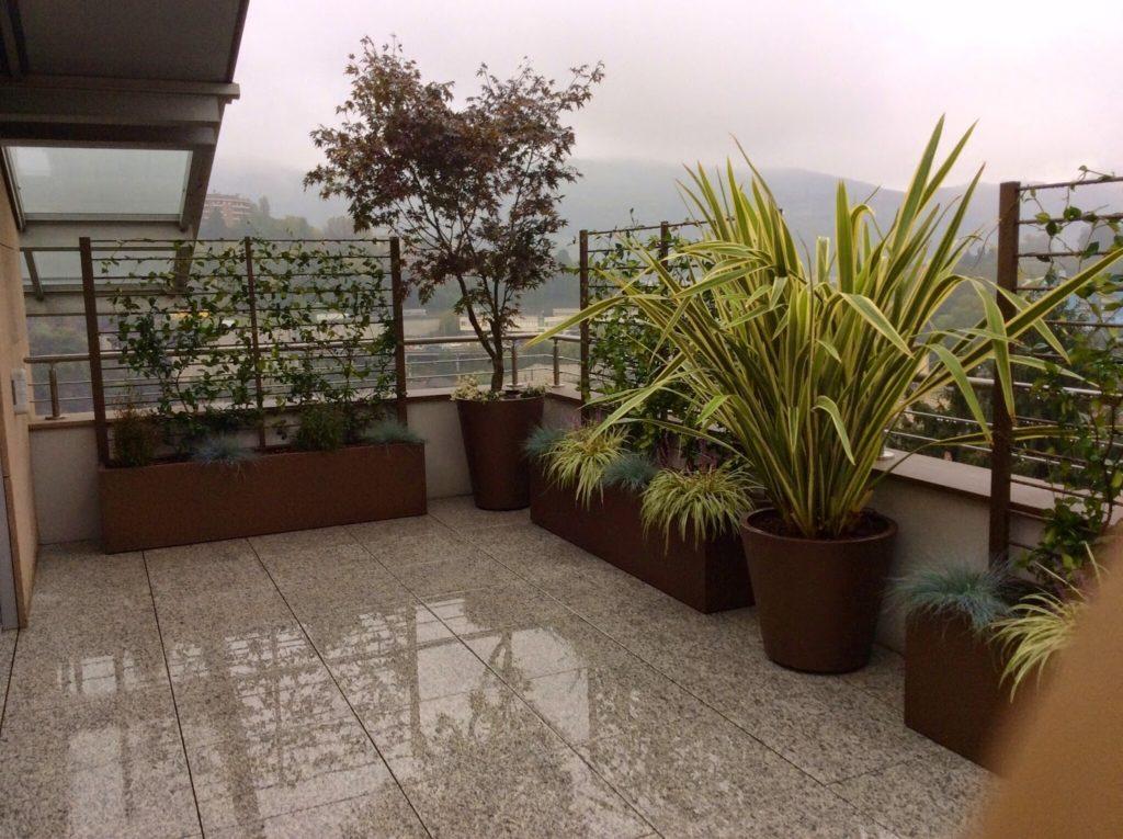 Arredo per terrazzi con fioriere su misura martin design for Arredo terrazzi