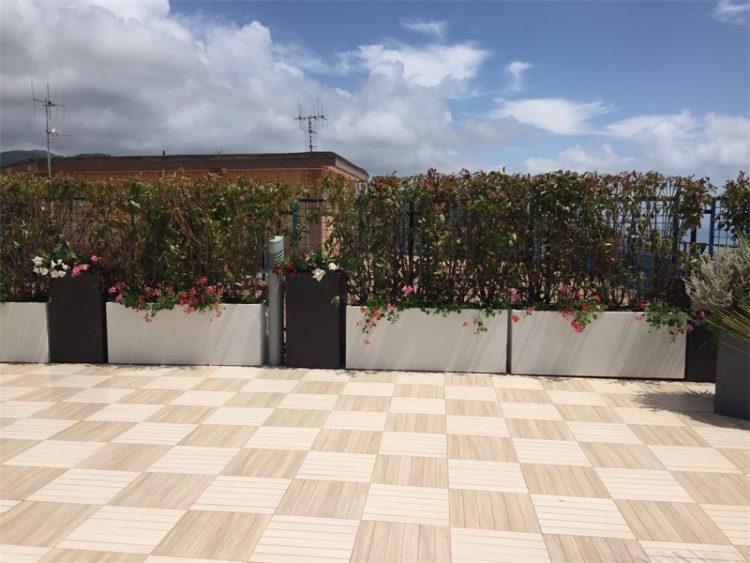Terrazzo-con-fioriere-su-misura-e-grigliato ⋆